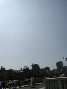 原爆ドームと相生橋。通称丁字橋と呼ばれ、上空から見てT字型をした特殊な形状の相生橋が原爆の投下目標だったと伝えられる。2006年8月6日に撮影。当日も、こんな快晴の日だった。